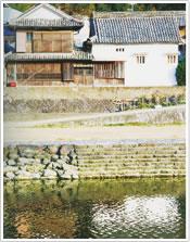 岩松川と旧小西家の写真